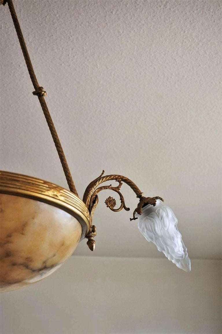 French Art Deco Alabaster Gilt Bronze Six-Light Chandelier In Good Condition For Sale In Frankfurt am Main, DE