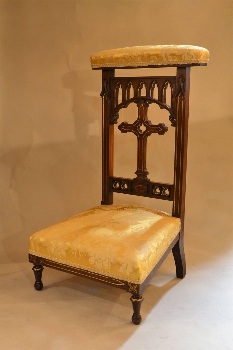 Antique French walnut prie dieu prayer chair, circa 19th century. - Antique French Walnut Prie Dieu Prayer Chair At 1stdibs