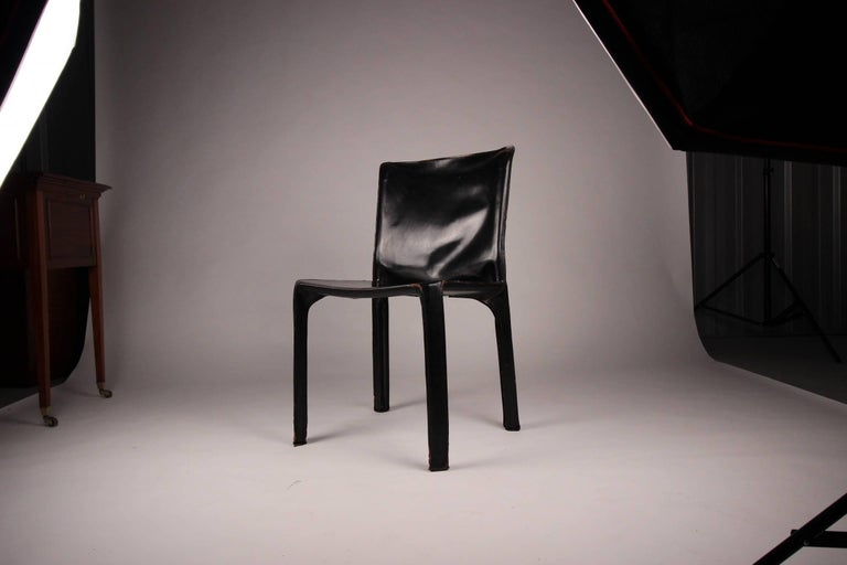 The cab chair was conceived by the architect and designer Mario Bellini in 1977. Cassina produced a skeleton in tubular steel and stretched leather which is then stitched and fastened to the frame with four zips. The MoMA in New York has the Cab 412