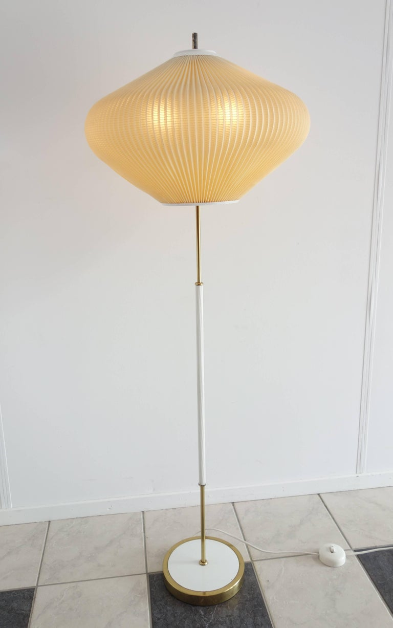 floor lamp mid century modern onion shape shade white metal stand with brass for sale at 1stdibs. Black Bedroom Furniture Sets. Home Design Ideas