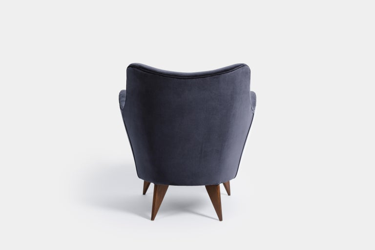 Guglielmo Veronesi for ISA 'Perla' Armchair in Navy Velvet, Italy, 1950s In Excellent Condition For Sale In Chappaqua, NY