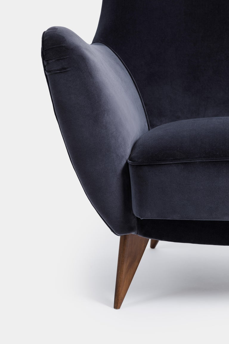 Mid-20th Century Guglielmo Veronesi for ISA 'Perla' Armchair in Navy Velvet, Italy, 1950s For Sale