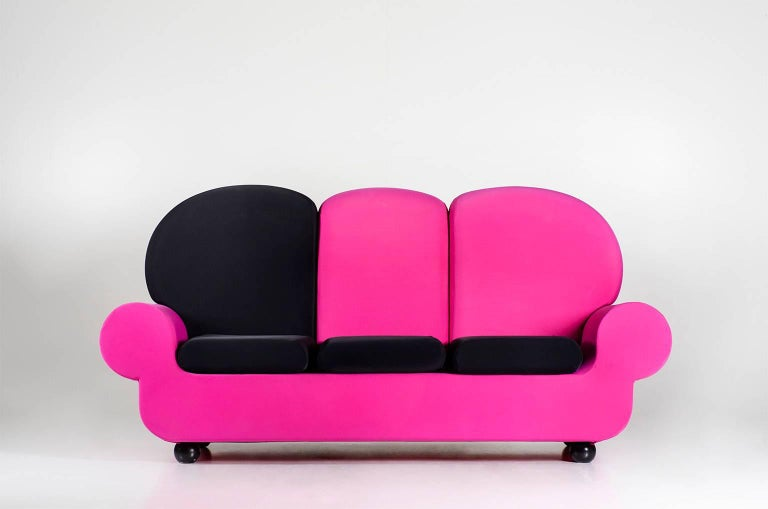 Papi colors is roundish, cosy and soft, like the childhood yellow bathducks, but to the adults eyes is irreverent an ironic: a communication tool of individual protest. Structure and insert made of steel. Differentiated lift polyurethane foam