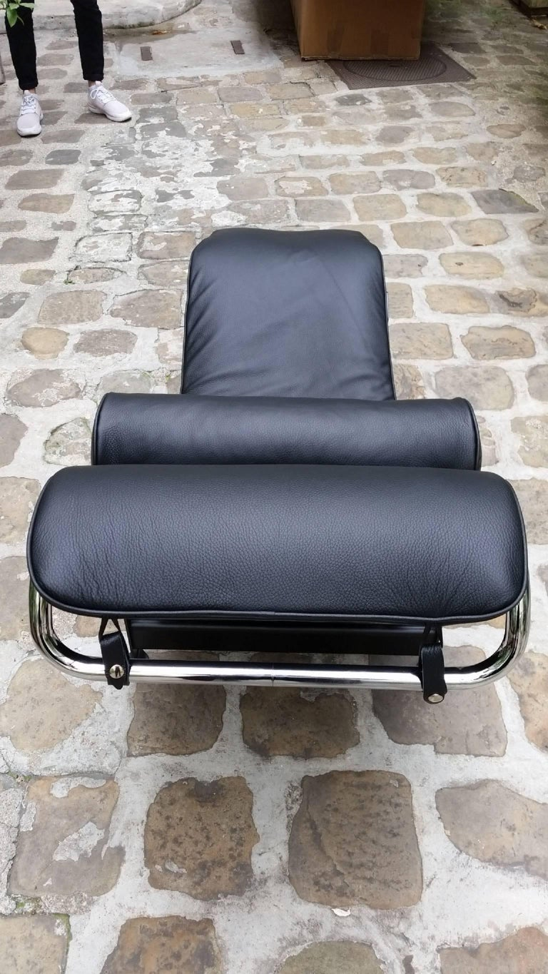 lounge armchair lc4 le corbusier cassina black for sale at 1stdibs. Black Bedroom Furniture Sets. Home Design Ideas
