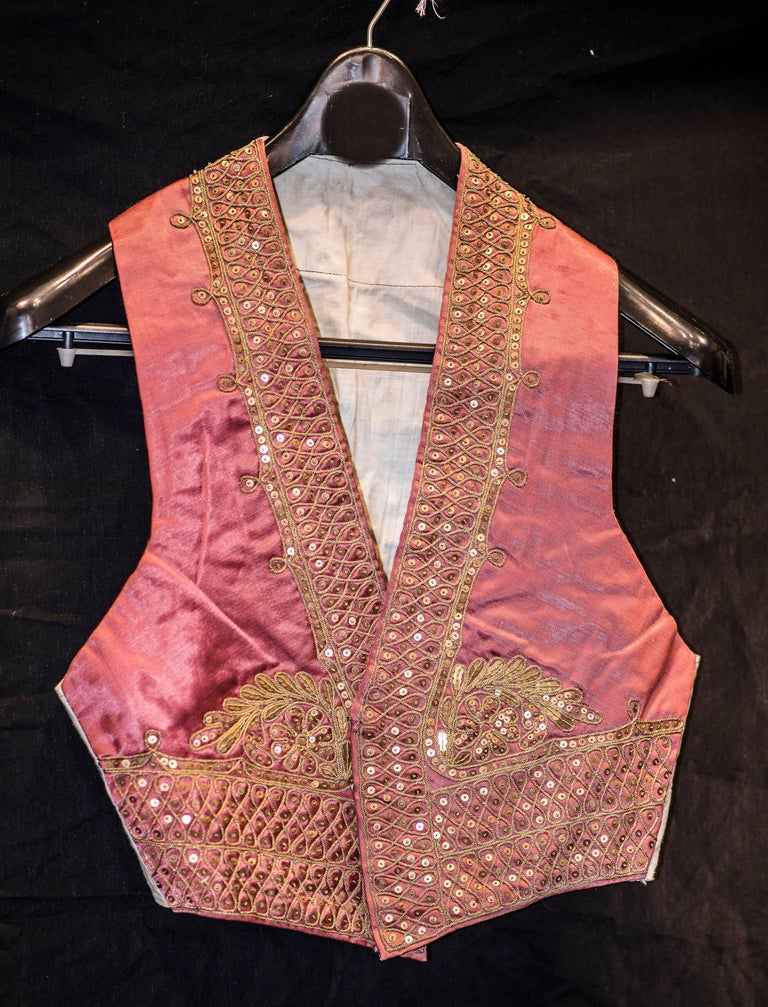 Mid-20th Century Folk-Art Gold and Pink Silk Spanish Matador Costume In Good Condition For Sale In Valladolid, ES