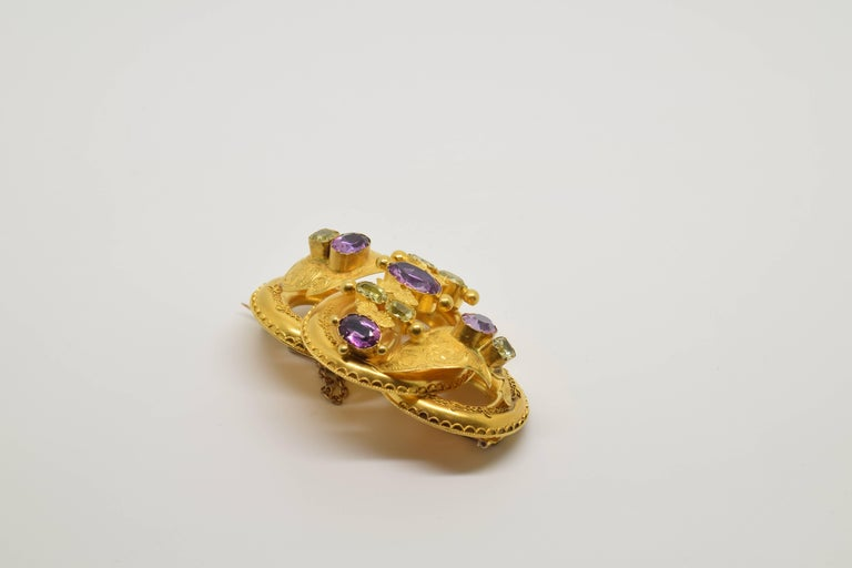 18 Karat Gold Brooch with Chrysoberyls and Amethysts, 20th Century In Excellent Condition For Sale In Madrid, ES
