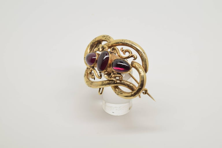 14-Karat Gold Brooch with Three Garnets, 20th Century In Good Condition For Sale In Madrid, ES