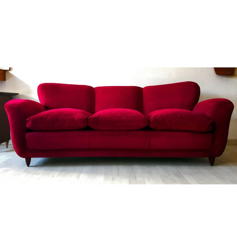 Very stylish and extremely comfortable Italian sofa three-seat with winged backs, design attributable to Guglielmo Ulrich in the 1950s.