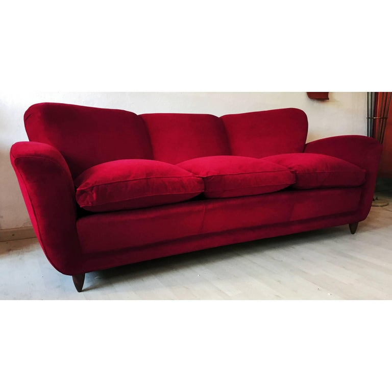 Italian large Sofa in red Velvet attributable to Guglielmo Ulrich, 1950s In Excellent Condition For Sale In Traversetolo, IT