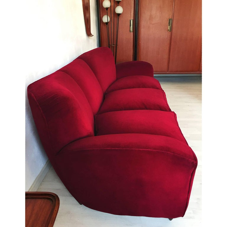 Italian large Sofa in red Velvet attributable to Guglielmo Ulrich, 1950s For Sale 2
