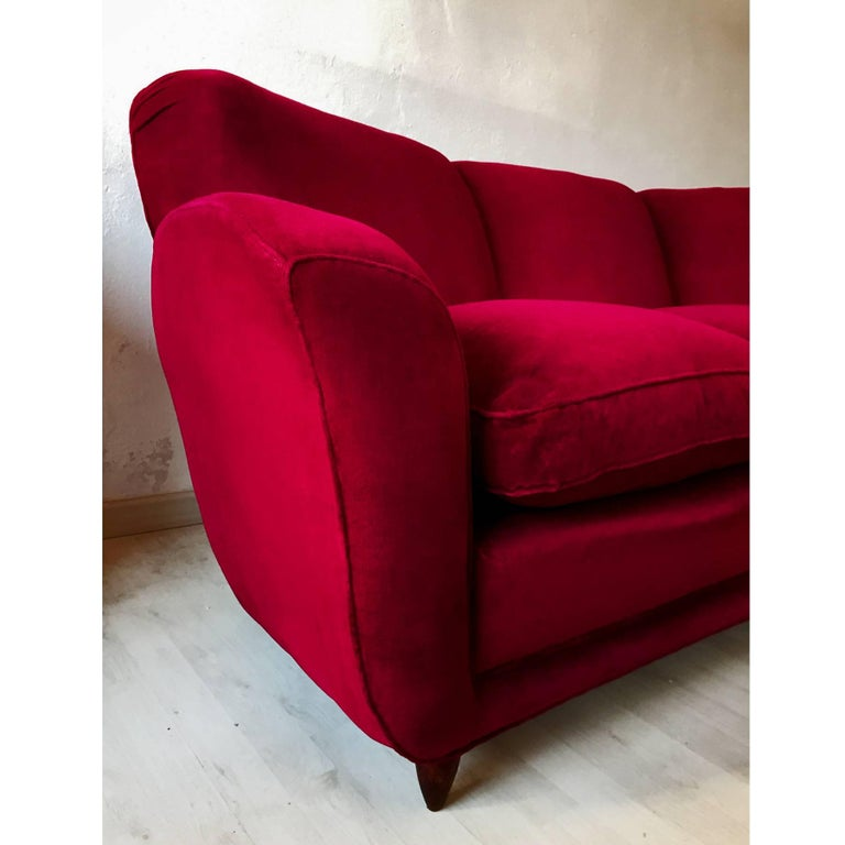 Italian large Sofa in red Velvet attributable to Guglielmo Ulrich, 1950s For Sale 1