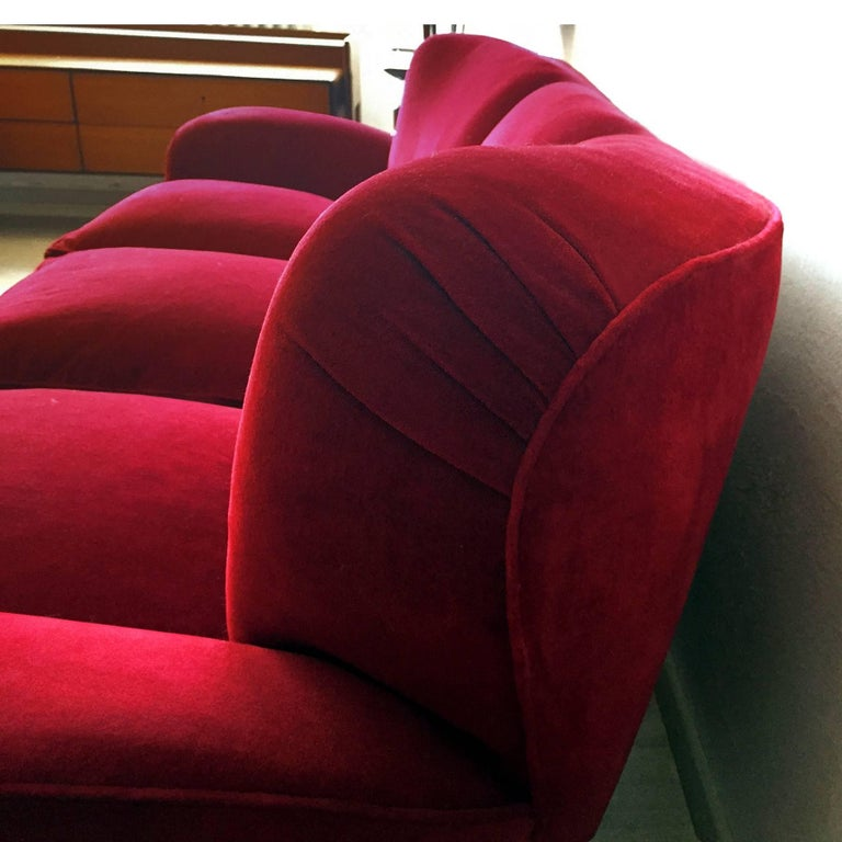 Italian large Sofa in red Velvet attributable to Guglielmo Ulrich, 1950s For Sale 4