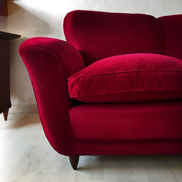 Mid-Century Modern Italian large Sofa in red Velvet attributable to Guglielmo Ulrich, 1950s For Sale