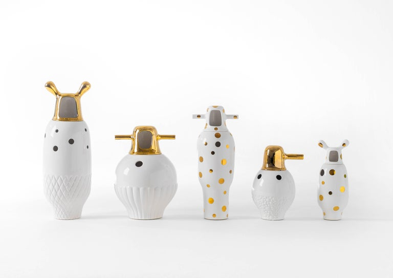 Made up of two pieces in glazed stoneware, with a white finish and 24-carat gold-plated decorations.