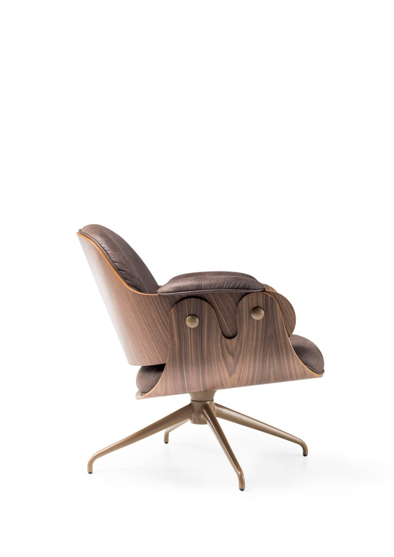 Seat and backrest in plywood with exteriors in walnut. Upholstered (non-removable) polyether sponge, in various fabrics and leathers available in BD. Estructure: Swivel base in fused aluminium.