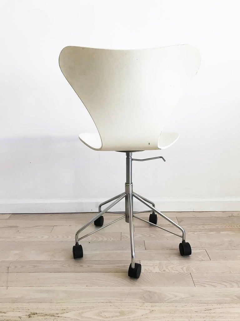 Scandinavian Modern Arne Jacobsen For Fritz Hansen Danish 3117 White Bentwood Swivel Desk Chair