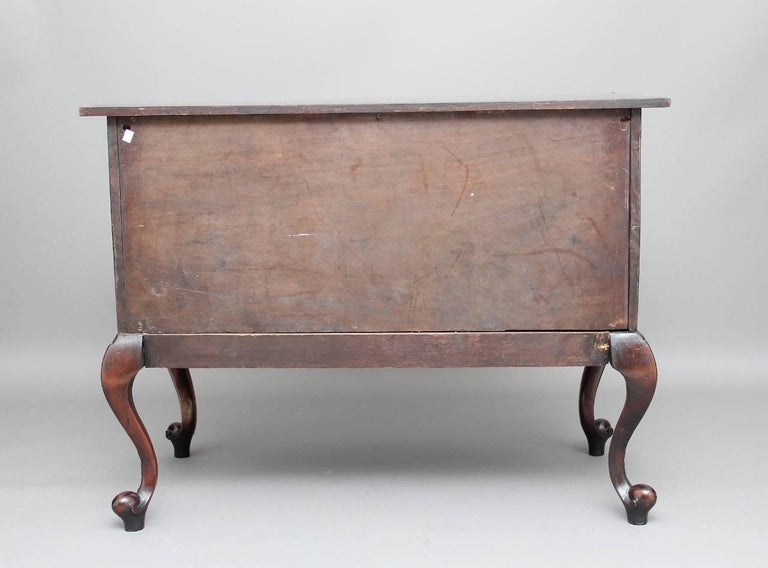 Early 20th Century Mahogany Serpentine Commode For Sale 5