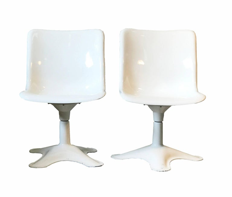 Swivel fiber glass seat and aluminum base chair, designed in the late 1960s by Yrjö Kukkapuro for Haimi. These chairs are no longer in production, there are no re-editions nor copies.