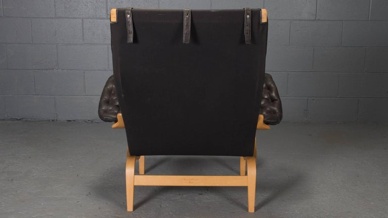 Pernilla Lounge Chair in Beech and Black Leather by Bruno Mathsson for DUX In Excellent Condition For Sale In Belmont, MA