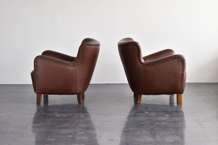 Scandinavian Modern Fritz Hansen, Pair of Club Chairs in Brown Leather with Brass Nails, 1940s For Sale