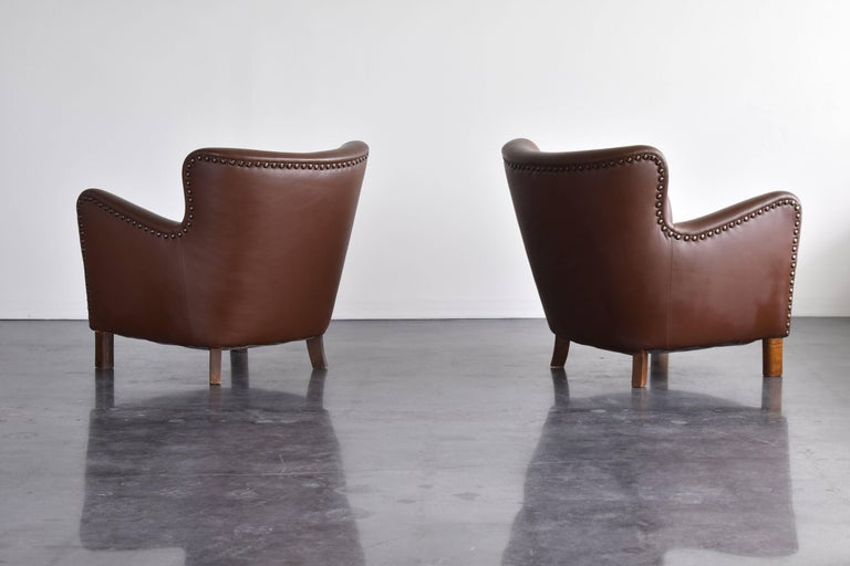 Fritz Hansen, Pair of Club Chairs in Brown Leather with Brass Nails, 1940s In Good Condition For Sale In West Palm Beach, FL