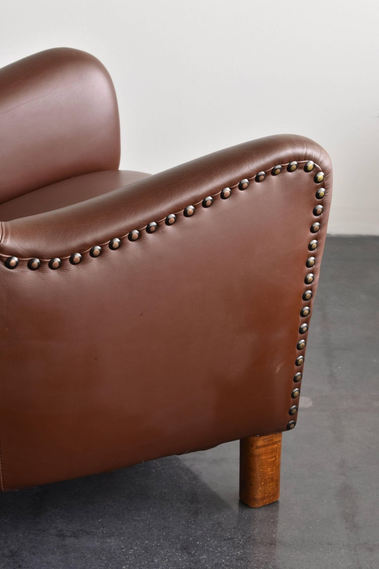 Mid-20th Century Fritz Hansen, Pair of Club Chairs in Brown Leather with Brass Nails, 1940s For Sale