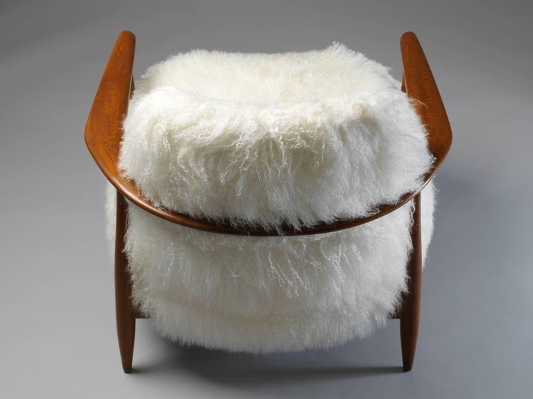 Ib Kofod-Larsen Attributed, Lounge Chair in White Lambskin, Stained Oak, 1950s In Excellent Condition For Sale In West Palm Beach, FL