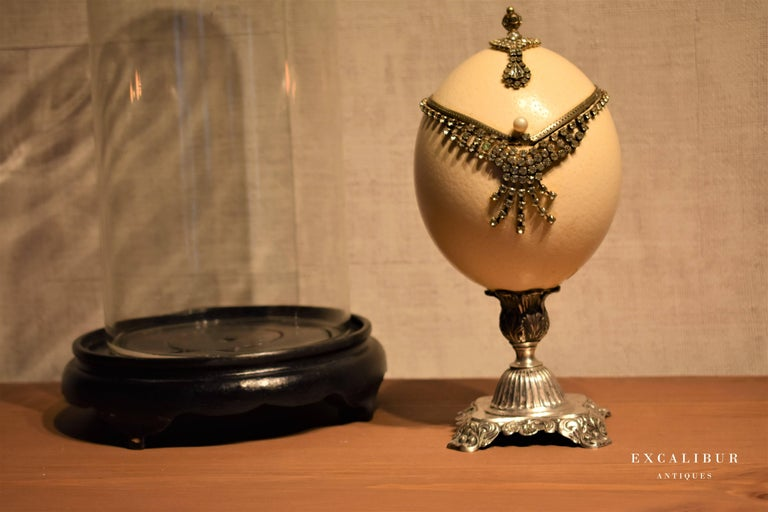 Belle Époque Antique Mounted Ostrich Egg Box Decorated with Rhinestones under a Glass Dome For Sale