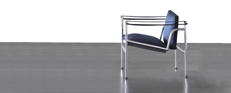 An armchair with structure in polished trivalent chrome plated (CR3) steel. Padded seat and backrest in polyurethane. The armrests are wider at the front and tapered towards the back. In this version of the sling chair, designed in 1928 for the