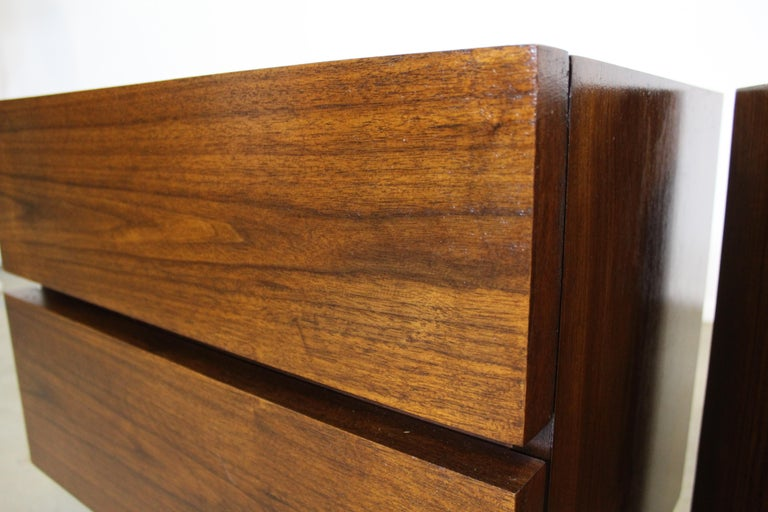Pair of Mid-Century Danish Modern American of Martinsville Walnut Nightstands For Sale 3
