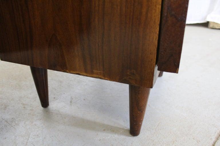 Pair of Mid-Century Danish Modern American of Martinsville Walnut Nightstands For Sale 4