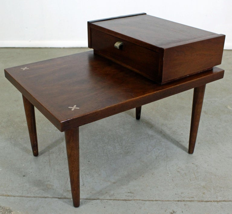 Mid-Century Modern Merton Gershun American of Martinsville Walnut End Table In Good Condition For Sale In Wilmington, DE