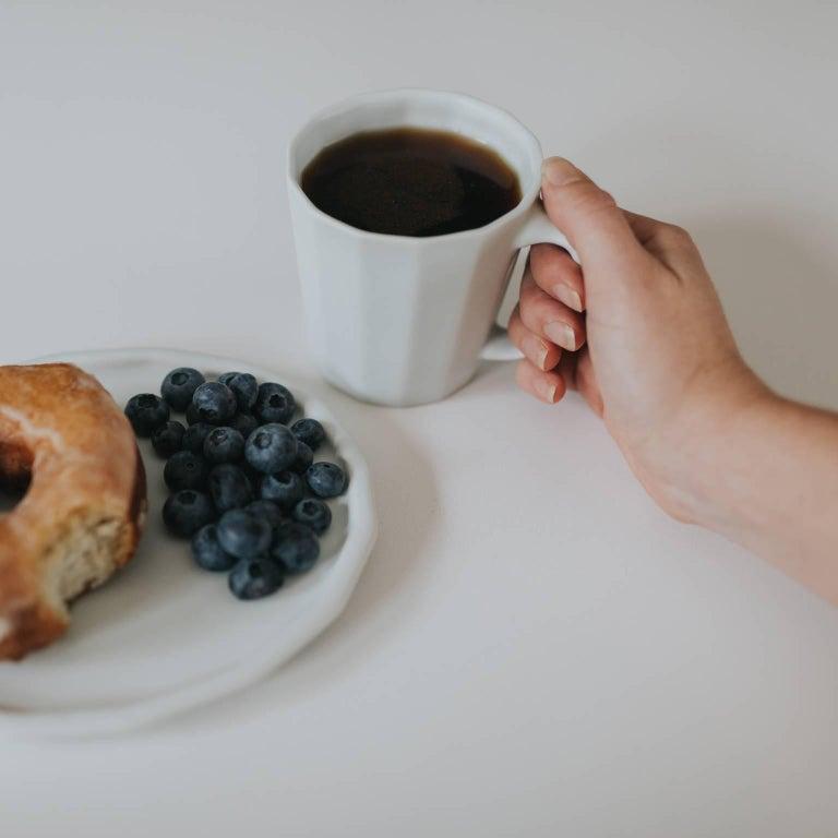 Monday Mug Crystal Blue Set of Four Coffee Mug Contemporary Glazed Porcelain For Sale 8