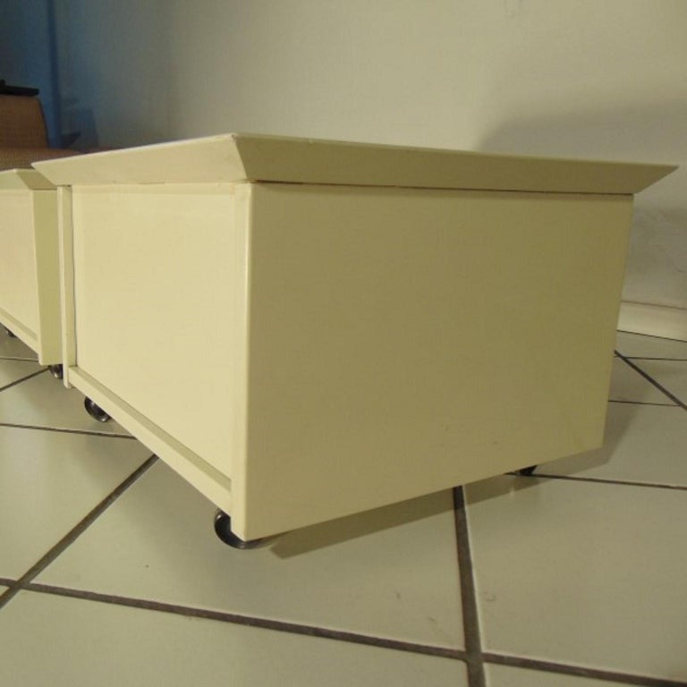 Claudio Salocchi 1975 Set of Two Nightstands Sand Glossy Lacquer 45° Cut Sormani For Sale 1