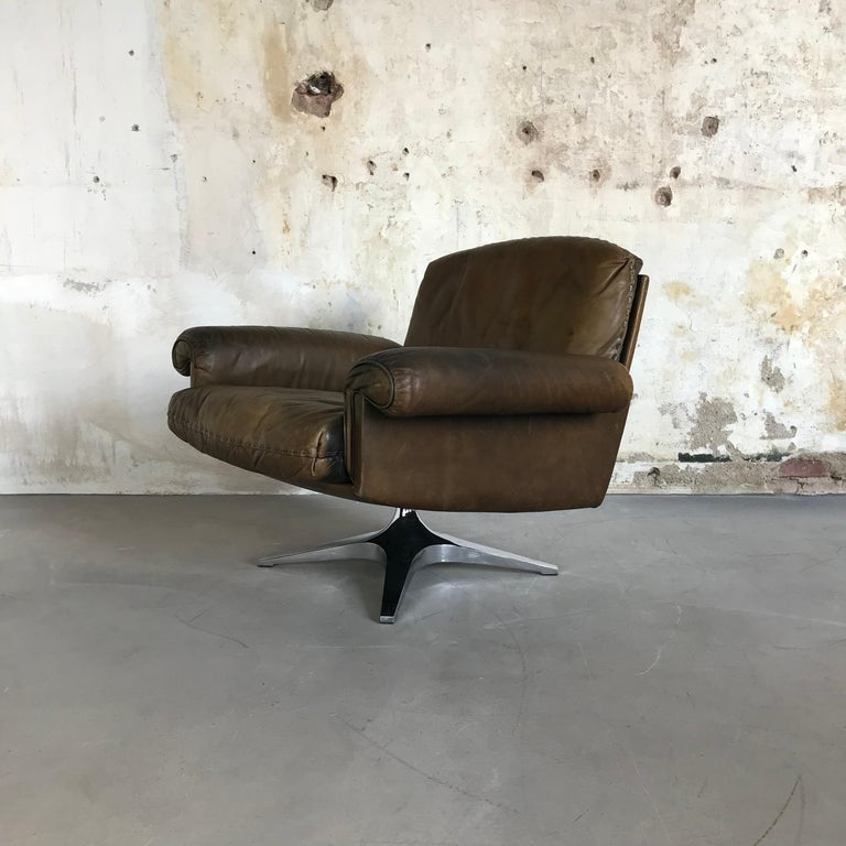 Highly desirable vintage De Sede DS 31 swivel lounge armchair in beautiful soft medium brown aniline leather with superb whipstitch edge detail. The chair is in perfect original condition with fantastic patina from age and usage.