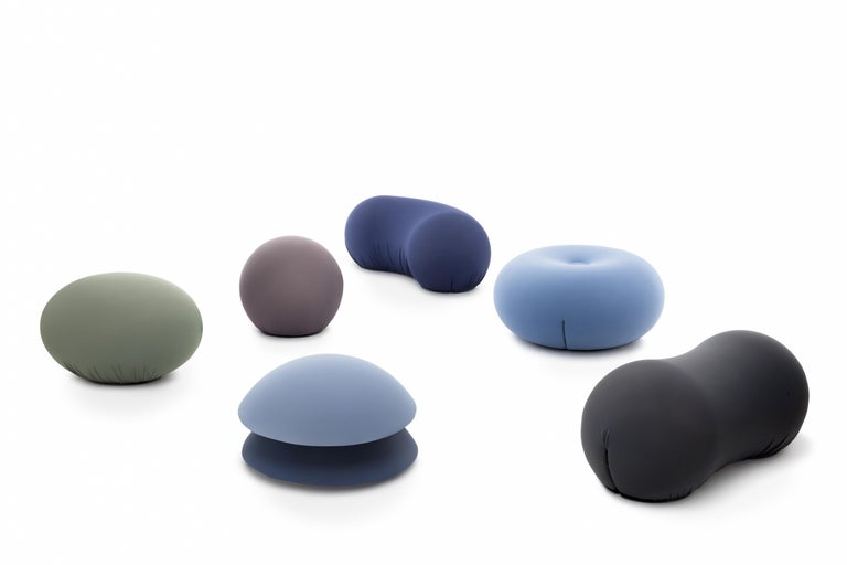 Flexible round-shaped seating in polyurethane with an internal rigid structure. Polyurethane cold-processed without CDC. Two lateral slits keep the removable cover in bi-elastic fabric.