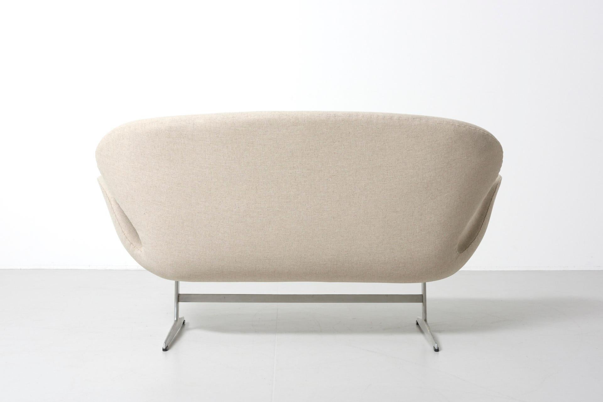 White Swan Sofa By Arne Jacobsen For Fritz Hansen Denmark At 1stdibs