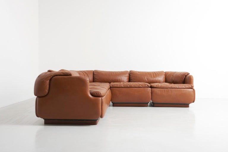 Corner sofa in natural leather from the Confidential Series, designed by Italian architect, Alberto Rosselli and manufactured by Saporiti in the 1970s. The sofa is one of the first modular seating systems for private use. It consist out of