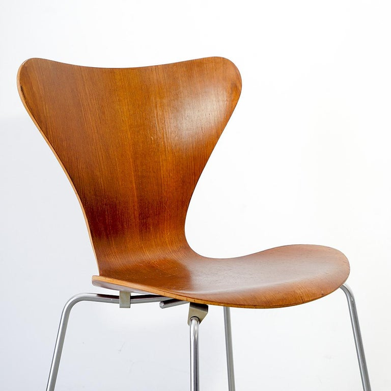 Iconic chair model 3107 from the 7 series designed by Arne Jacobsen and manufactured by Fritz Hansen, Denmark in the 1950s. This series was designed in 1955 and debuted in Sweden at the Helsingborg exhibition. It is comprised of teak plywood which