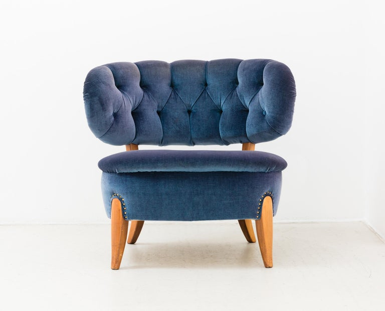 A pair of easy chairs designed by Otto Schulz, Sweden, for Boet, circa 1949. With blue velvet upholstery and wooden legs.