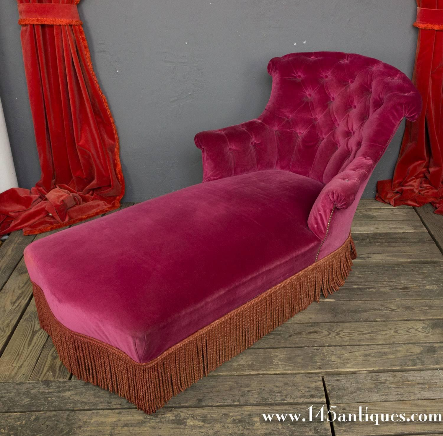 french chaise longue in red tufted velvet for sale at 1stdibs. Black Bedroom Furniture Sets. Home Design Ideas