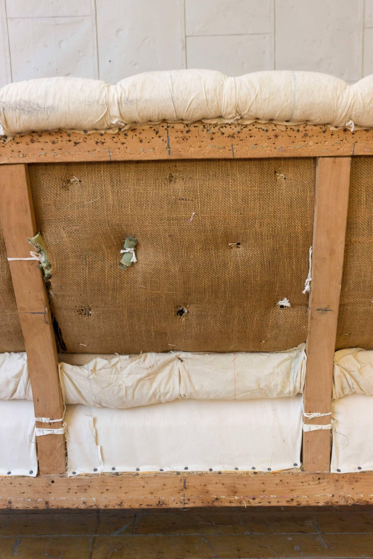 19th Century French Tufted Settee in Muslin For Sale 3