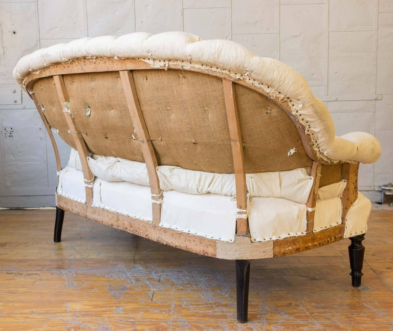 19th Century French Tufted Settee in Muslin For Sale 4