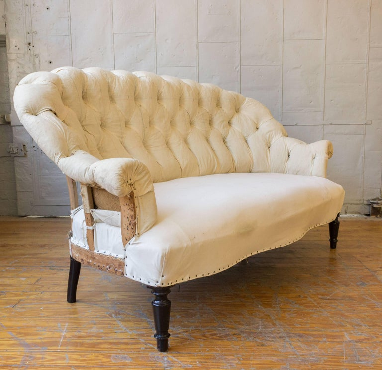 19th Century French Tufted Settee in Muslin For Sale 6