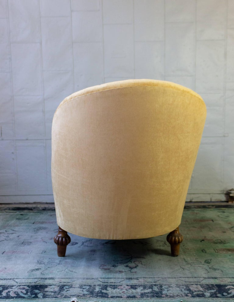 Asymmetrical French 19th Century Settee with Tufted Curved Back For Sale 5