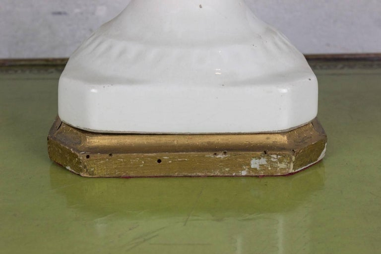 Spanish 1950s White Ceramic Table Lamp with Gilt Wooden Base In Good Condition For Sale In Long Island City, NY