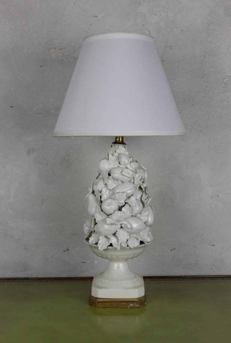 Spanish 1950s White Ceramic Table Lamp with Gilt Wooden Base For Sale 1