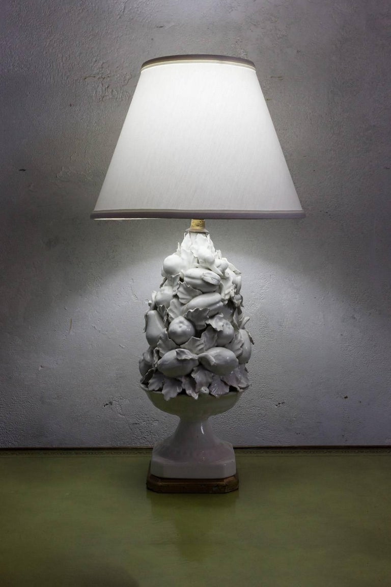 Spanish 1950s White Ceramic Table Lamp with Gilt Wooden Base For Sale 2