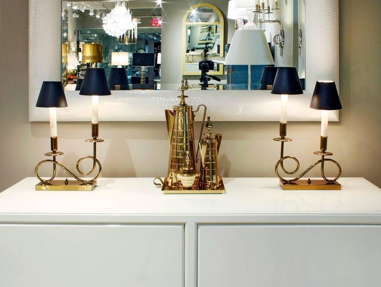 Pair of Elegant Brass Lamps in the Style of Tommi Parzinger, 1950s In Excellent Condition For Sale In New York, NY