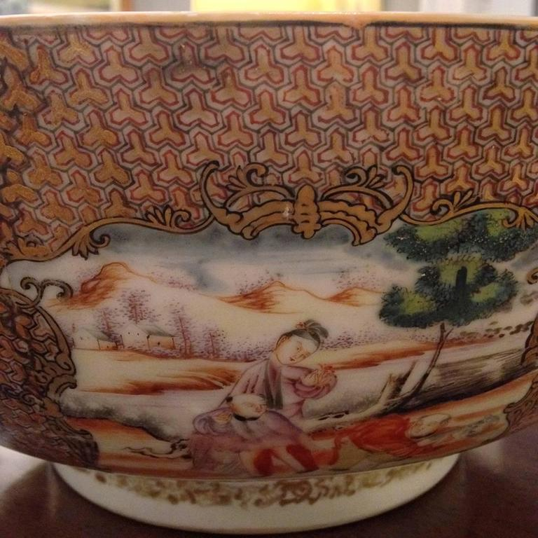 Chinese Export Qing Qianlong Famille Rose Medallion Porcelain Bowl In Excellent Condition For Sale In New York, NY